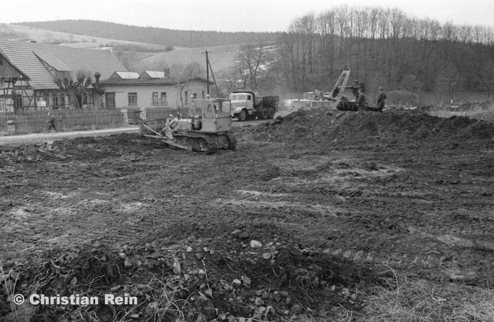 h-sw-055-33-Film1-Erdarbeiten mit Bagger UB60, Raupe FIAT AD7 und KrAZ 222 für Tankstelle am Bahnhof März 1973-07.jpg