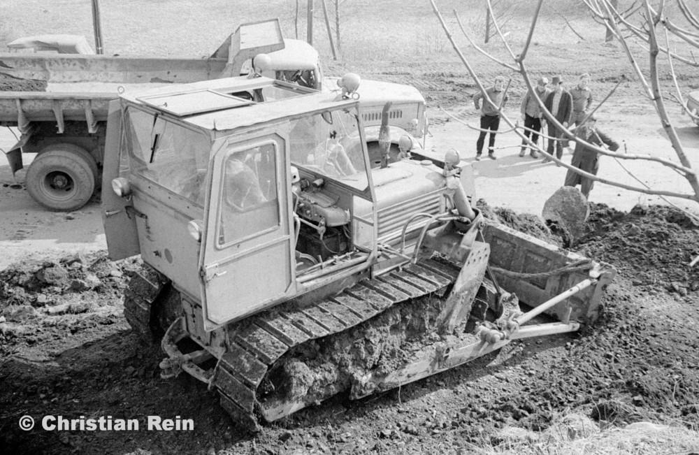 h-sw-055-33-Film1-Erdarbeiten mit Raupe FIAT AD7 und KrAZ 222 für Tankstelle am Bahnhof März 1973-45.jpg