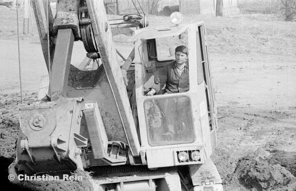 h-sw-055-33-Film1-Erdarbeiten mit Bagger UB60 für Tankstelle am Bahnhof März 1973-39.jpg