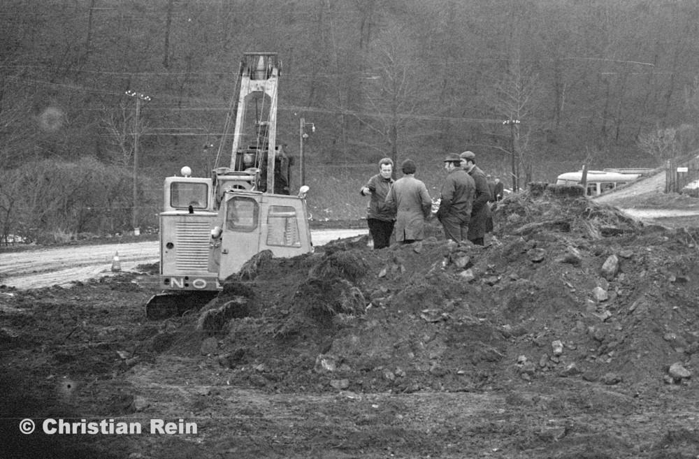 h-sw-055-33-Film1-Erdarbeiten mit Bagger UB60 und Raupe FIAT AD7 für Tankstelle am Bahnhof März 1973-09.jpg