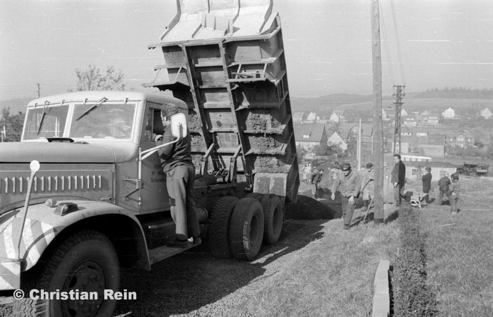 h-sw-056-13-Film3-KrAZ 222 (Straßenbau-Teer am Kirchberg) Samstag 27.10.73-57.jpg