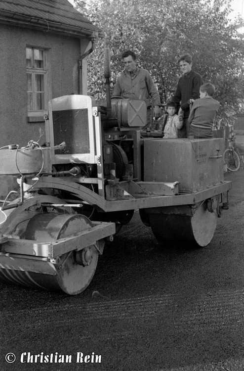 h-sw-044-13-Film1-Eigenbau Straßenwalze bei Erneuerung der Invalidenstraße mit Teersplitt November 1968-71.jpg