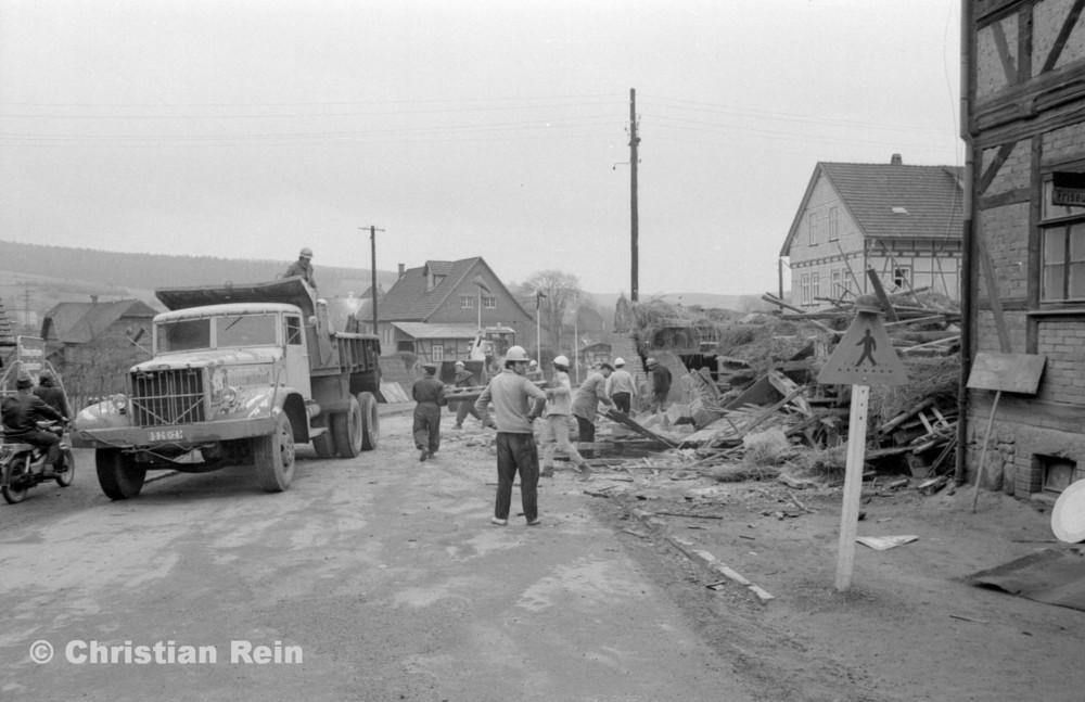 h-sw-055-37-Film2-KrAZ 222 und Lader HON 053 beim Abriss des Hauses Bahnhofstraße 2 Ende April 1973-03.jpg