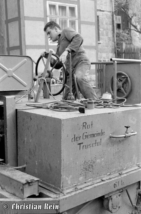 h-sw-044-14-Film1-Eigenbau Straßenwalze bei Erneuerung der Schenkgasse mit Teersplitt November 1968-35.jpg