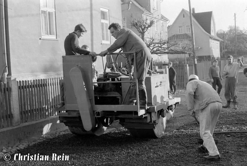 h-sw-044-13-Film1-Eigenbau Straßenwalze bei Erneuerung der Invalidenstraße mit Teersplitt November 1968-65.jpg