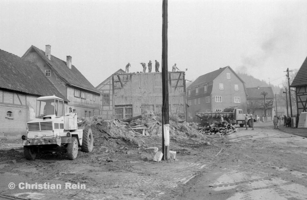 h-sw-055-37-Film2-KrAZ 222 und Lader HON 053 beim Abriss des Hauses Bahnhofstraße 2 Ende April 1973-19.jpg