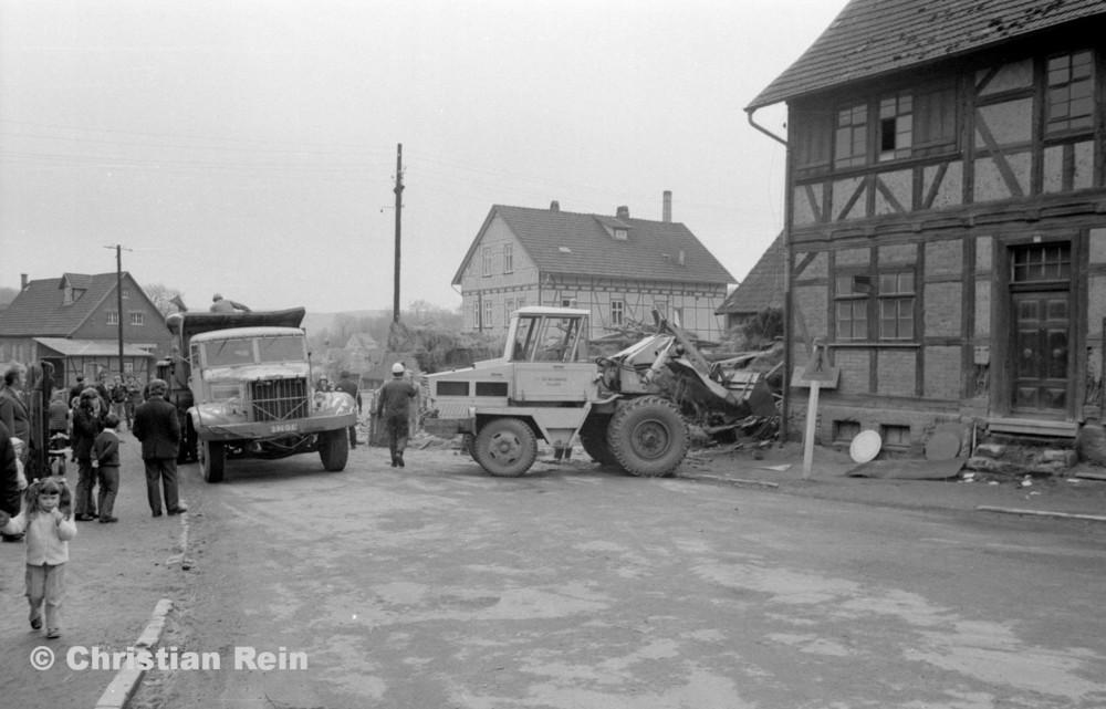 h-sw-055-37-Film2-KrAZ 222 und Lader HON 053 beim Abriss des Hauses Bahnhofstraße 2 Ende April 1973-01.jpg