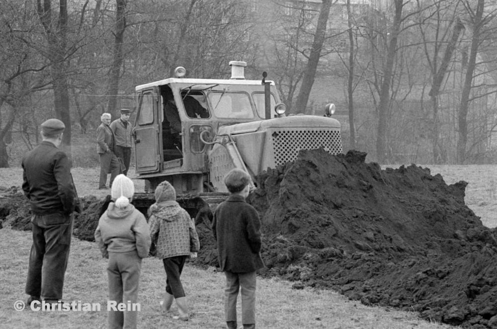 h-sw-056-20-Film1-Planierraupe T100 in Floh beim Spatenstich Sportplatz Samstag 26.01.74-59.jpg