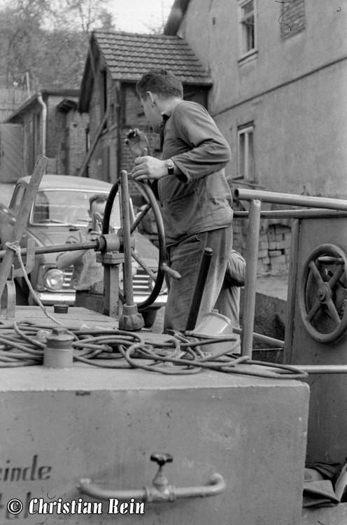 h-sw-044-14-Film1-Eigenbau Straßenwalze bei Erneuerung der Schenkgasse mit Teersplitt November 1968-33.jpg