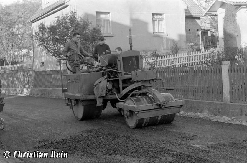 h-sw-044-13-Film1-Eigenbau Straßenwalze bei Erneuerung der Invalidenstraße mit Teersplitt November 1968-67.jpg