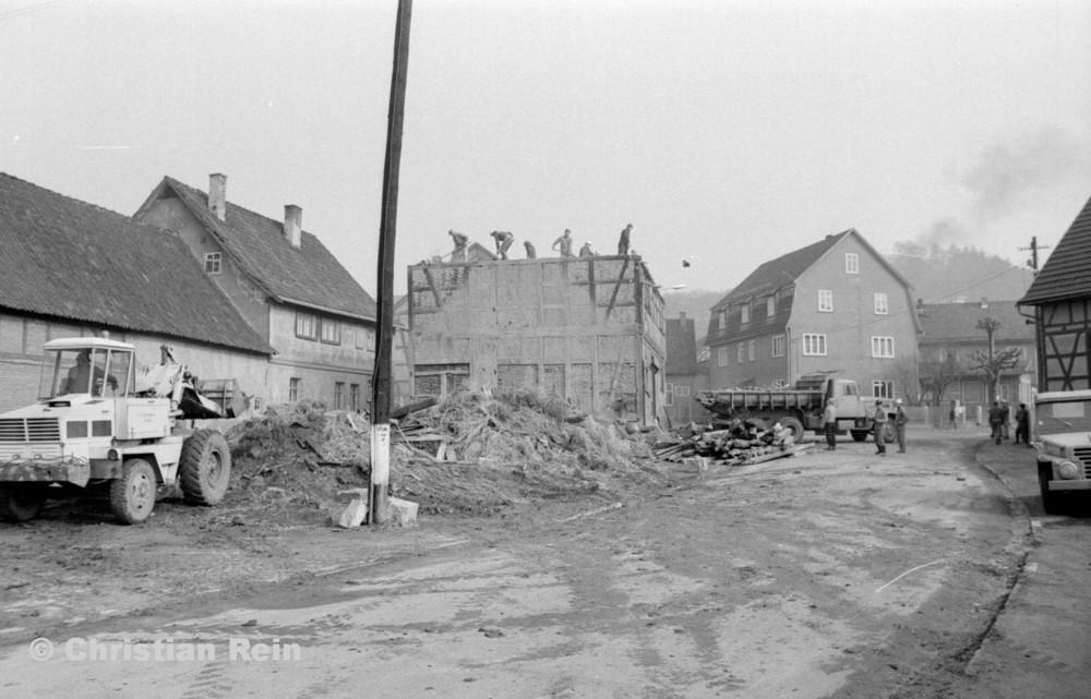h-sw-055-37-Film2-KrAZ 222 und Lader HON 053 beim Abriss des Hauses Bahnhofstraße 2 Ende April 1973-21.jpg