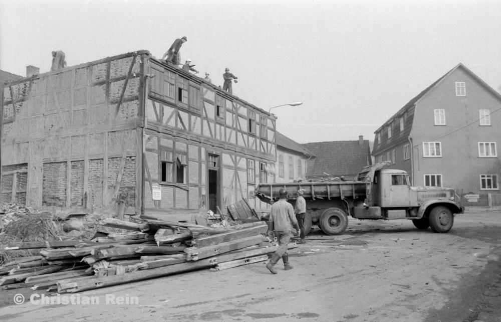 h-sw-055-37-Film2-KrAZ 222 beim Abriss des Hauses Bahnhofstraße 2 Ende April 1973-17.jpg