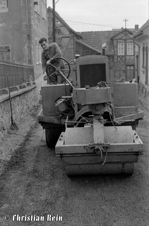 h-sw-044-14-Film1-Eigenbau Straßenwalze bei Erneuerung der Schenkgasse mit Teersplitt November 1968-31.jpg
