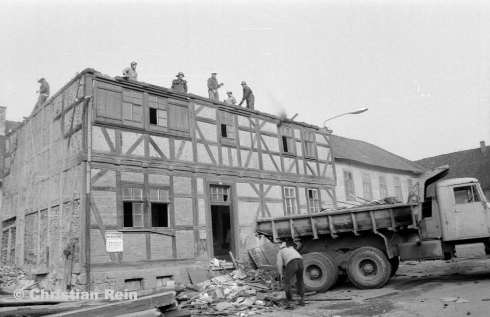 h-sw-055-37-Film2-KrAZ 222 beim Abriss des Hauses Bahnhofstraße 2 Ende April 1973-15.jpg