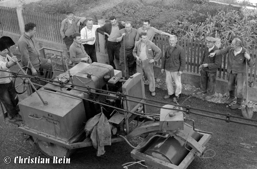 h-sw-044-13-Film1-Eigenbau Straßenwalze bei Erneuerung der Invalidenstraße mit Teersplitt November 1968-79.jpg