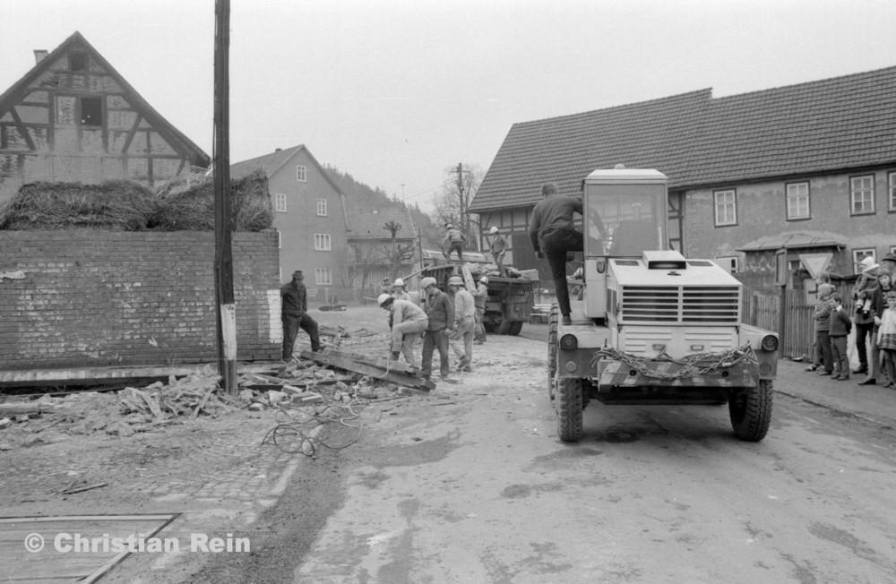 h-sw-055-37-Film2-KrAZ 222 und Lader HON 053 beim Abriss des Hauses Bahnhofstraße 2 Ende April 1973-07.jpg