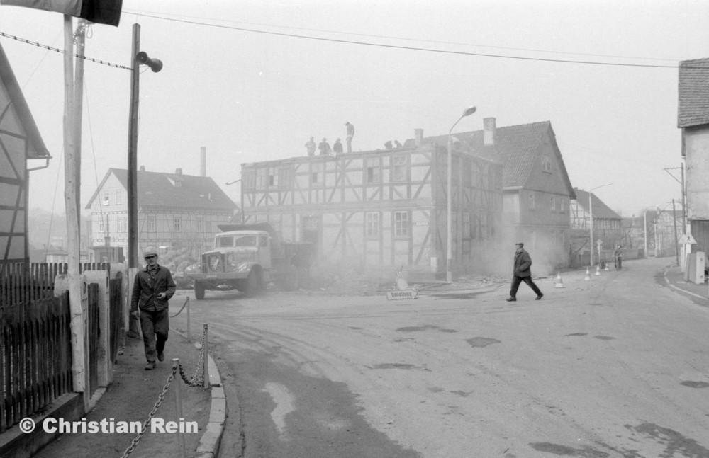h-sw-055-37-Film2-KrAZ 222 beim Abriss des Hauses Bahnhofstraße 2 Ende April 1973-13.jpg