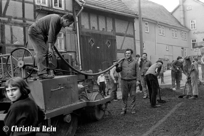 h-sw-044-14-Film1-Eigenbau Straßenwalze bei Erneuerung der Schenkgasse mit Teersplitt November 1968-45.jpg