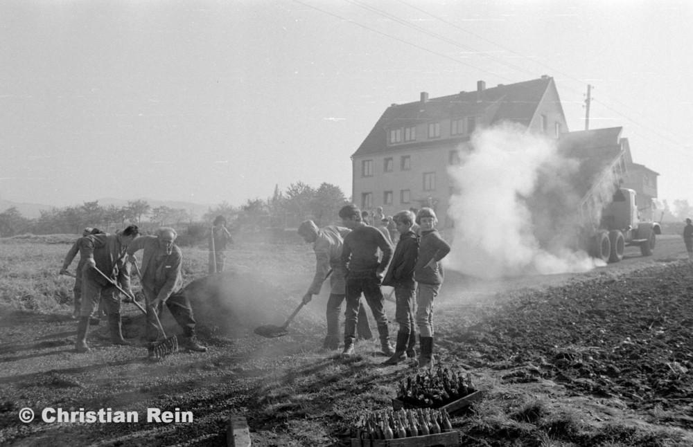 h-sw-056-13-Film3-KrAZ 222 (Straßenbau-Teer am Kirchberg) Samstag 27.10.73-53.jpg