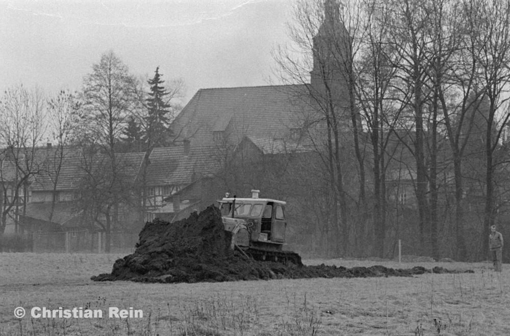 h-sw-056-20-Film1-Planierraupe T100 in Floh beim Spatenstich Sportplatz Samstag 26.01.74-53.jpg