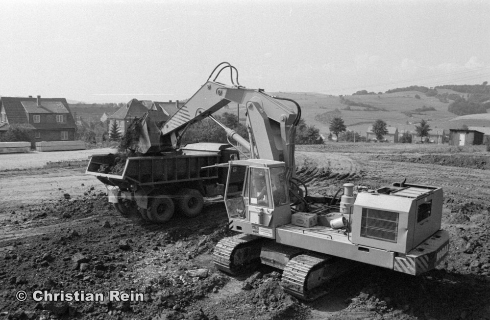 h-sw-058-11-Film1-Ausschachten für Sporthalle mit LKW KrAZ 222B und Bagger NOBAS UB1232 August 1975-08.jpg