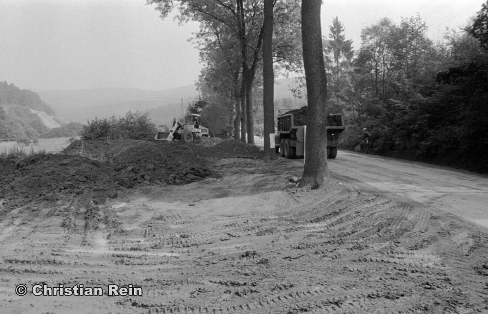 h-sw-058-12-Film2-Arbeitseinsatz mit LKW KrAZ 222B und Lader HON053 über Wasserfall Sonntag 07.09.75-12.jpg