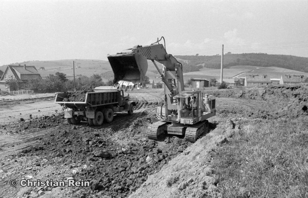 h-sw-058-11-Film1-Ausschachten für Sporthalle mit LKW KrAZ 222B und Bagger NOBAS UB1232 August 1975-06.jpg