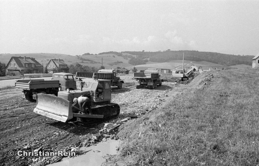 h-sw-058-11-Film1-Ausschachten für Sporthalle mit LKW KrAZ 222B, W50, Panierraupe T100 und Bagger NOBAS UB1232 August 1975-10.jpg