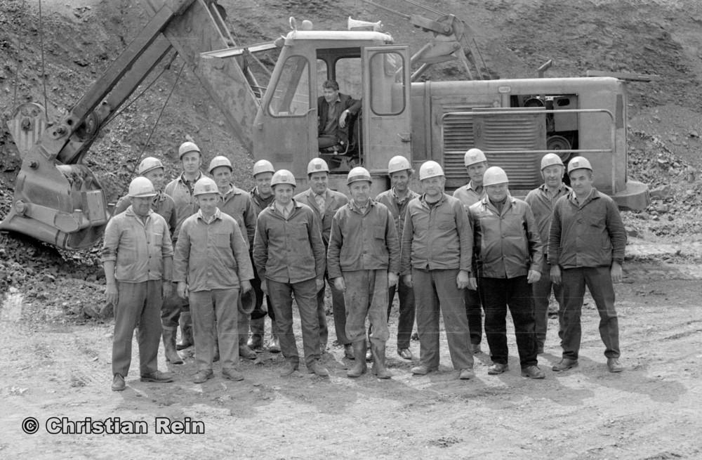 h-sw-057-43-Film2-Mitarbeiter und Bagger UB80 vom Spat Kochenfeld Mai 1975-26.jpg