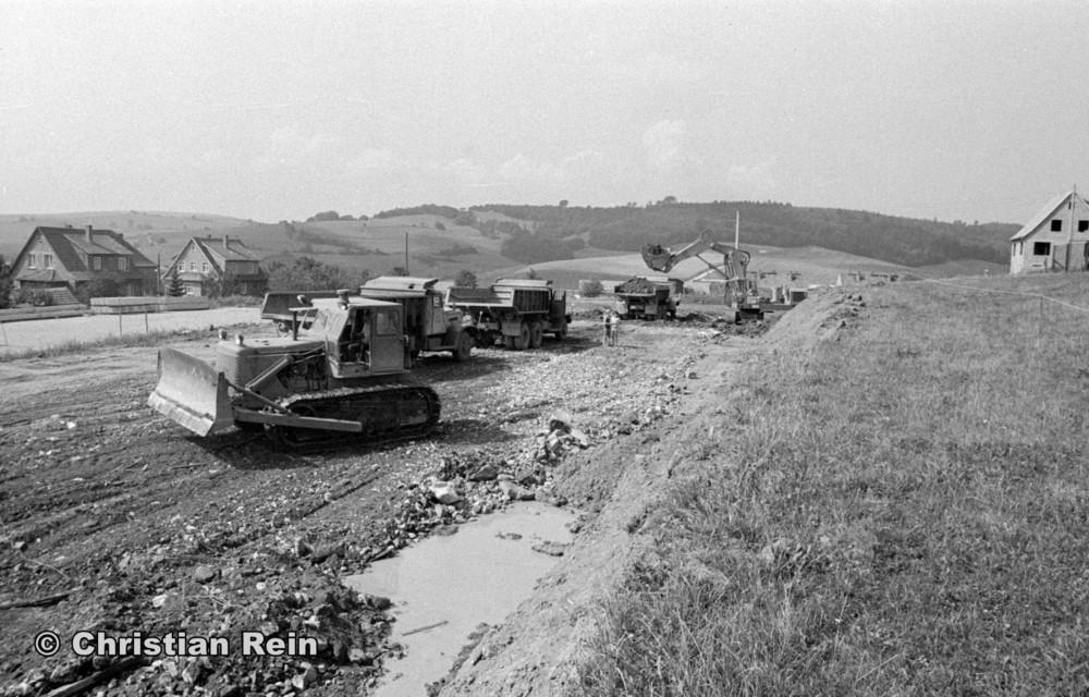 h-sw-058-11-Film1-Ausschachten für Sporthalle mit LKW KrAZ 222B, Planierraupe T100 und Bagger NOBAS UB1232 August 1975-02.jpg