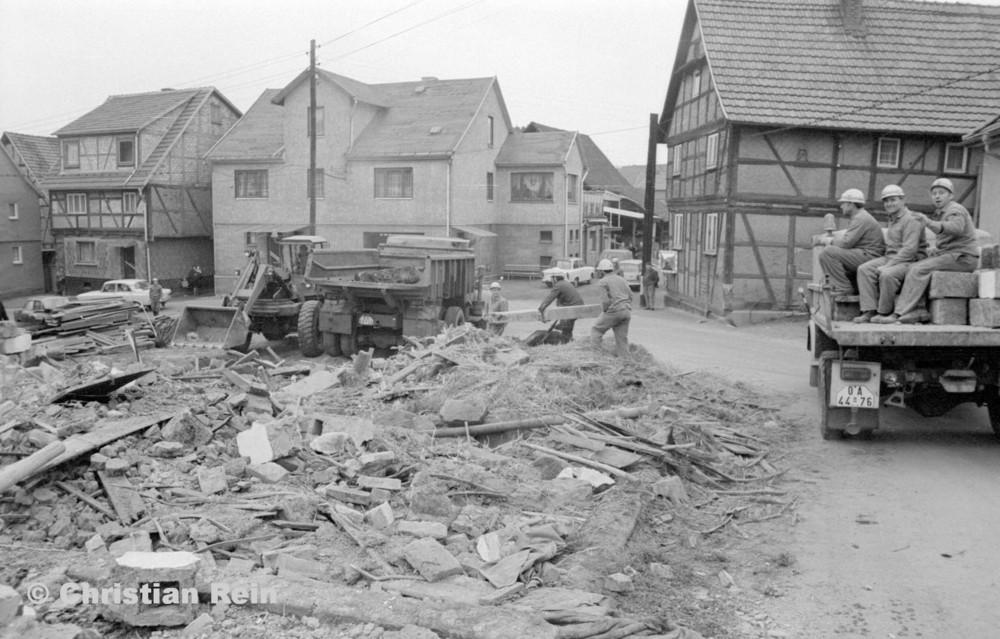 h-sw-060-04-Film3-Abbruch der Häuser Eisensteinstraße 12 und 14 mit Lader HON 053, LKW KrAZ 222B und S4000 Mai 1977-27.jpg
