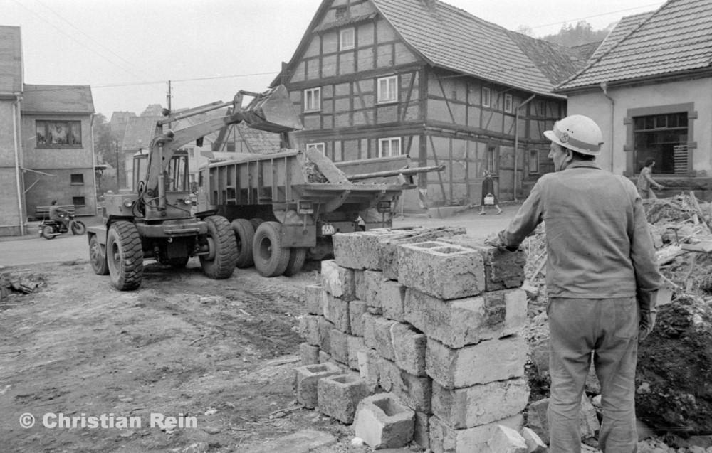 h-sw-060-04-Film3-Abbruch der Häuser Eisensteinstraße 12 und 14 mit Lader HON 053 und LKW KrAZ 222B Mai 1977-39.jpg