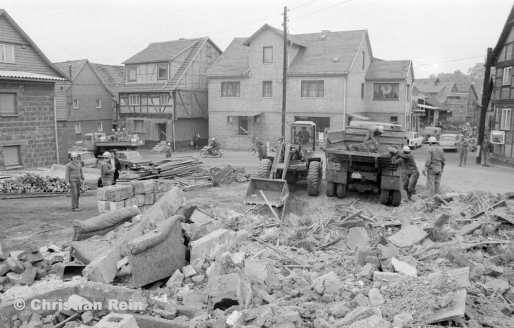h-sw-060-04-Film3-Abbruch der Häuser Eisensteinstraße 12 und 14 mit Lader HON 053, LKW KrAZ 222B und S4000 Mai 1977-29.jpg