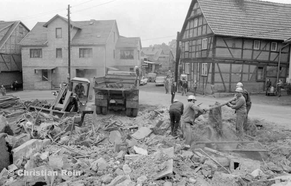 h-sw-060-04-Film3-Abbruch der Häuser Eisensteinstraße 12 und 14 mit Lader HON 053 und LKW KrAZ 222B Mai 1977-31.jpg