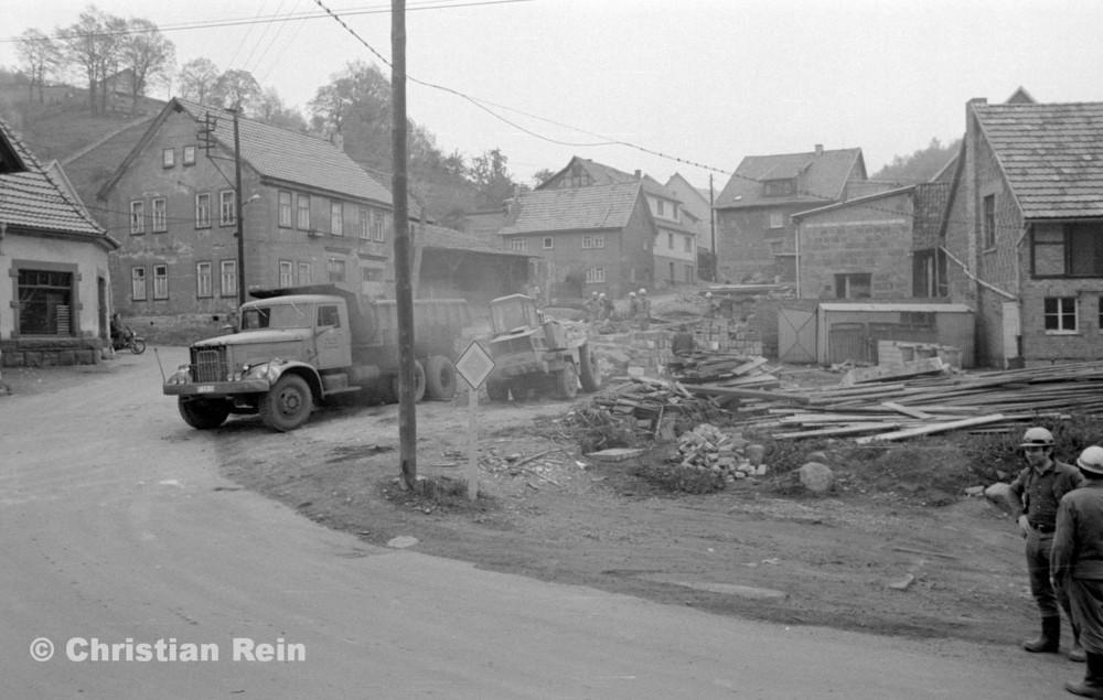 h-sw-060-04-Film3-Abbruch der Häuser Eisensteinstraße 12 und 14 mit Lader HON 053 und LKW KrAZ 222B Mai 1977-35.jpg
