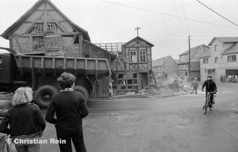 h-sw-060-04-Film3-Abbruch der Häuser Eisensteinstraße 12 und 14 mit LKW KrAZ 222B Mai 1977-19.jpg