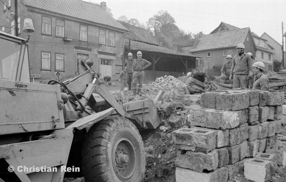 h-sw-060-04-Film3-Abbruch der Häuser Eisensteinstraße 12 und 14 mit Lader HON 053 Mai 1977-43.jpg