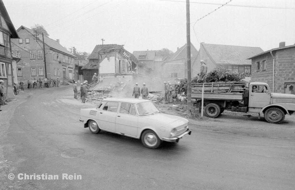 h-sw-060-04-Film3-Abbruch der Häuser Eisensteinstraße 12 und 14 mit LKW S4000 Mai 1977-15.jpg