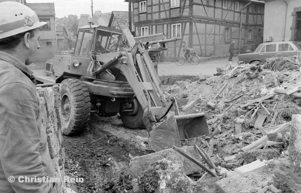 h-sw-060-04-Film3-Abbruch der Häuser Eisensteinstraße 12 und 14 mit Lader HON 053 Mai 1977-41.jpg