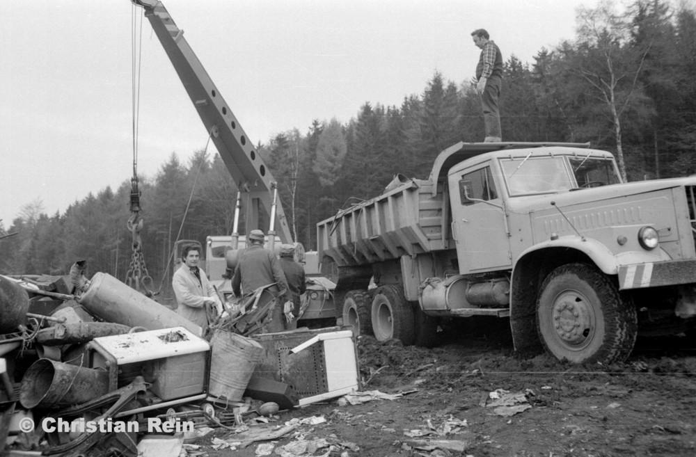 h-sw-068-06-Film2-Stahl-Schrott-Abladen mit ADK63 und KrAZ 256B Erzschwinde Sonntag 04.11.79-35.jpg
