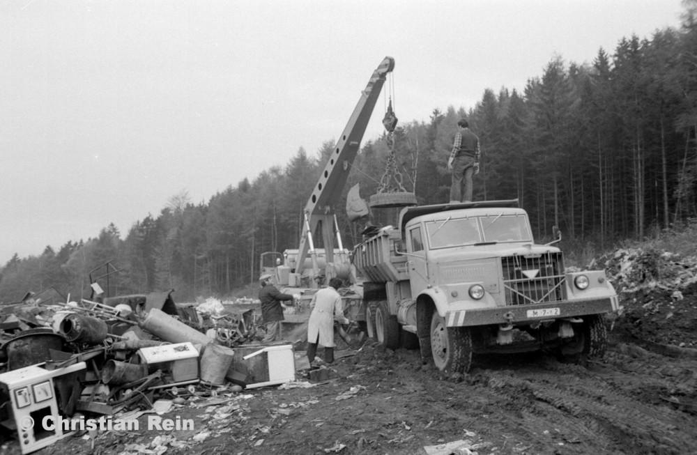 h-sw-068-06-Film2-Stahl-Schrott-Abladen mit ADK63 und KrAZ 256B Erzschwinde Sonntag 04.11.79-39.jpg